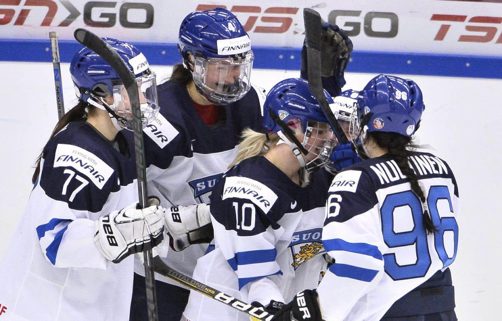 Sara Sakkinen, Linda Valimaki (au centre, #10), Jenni Hiirikoski et Susanna Tapani ont touché la cible pour la Finlande.