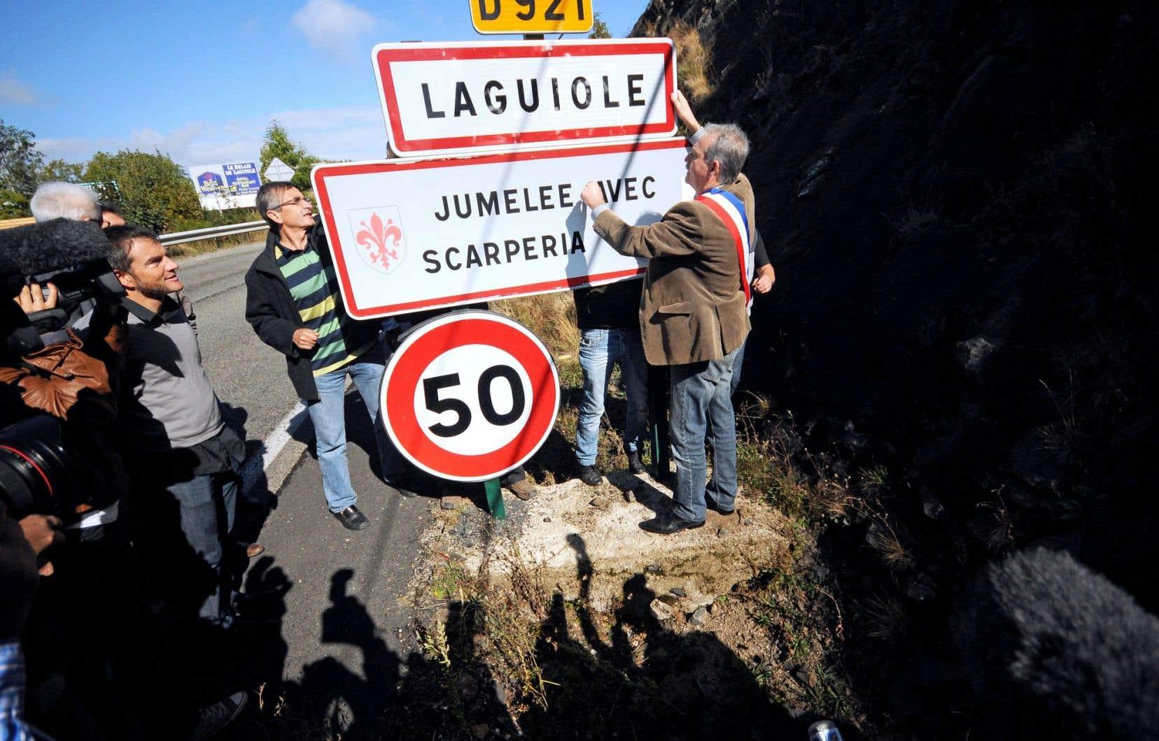 En 2012, les habitants de Laguiole avaient symboliquement retiré le panneau d'identification du village pour protester contre la perte de contrôle sur la marque.