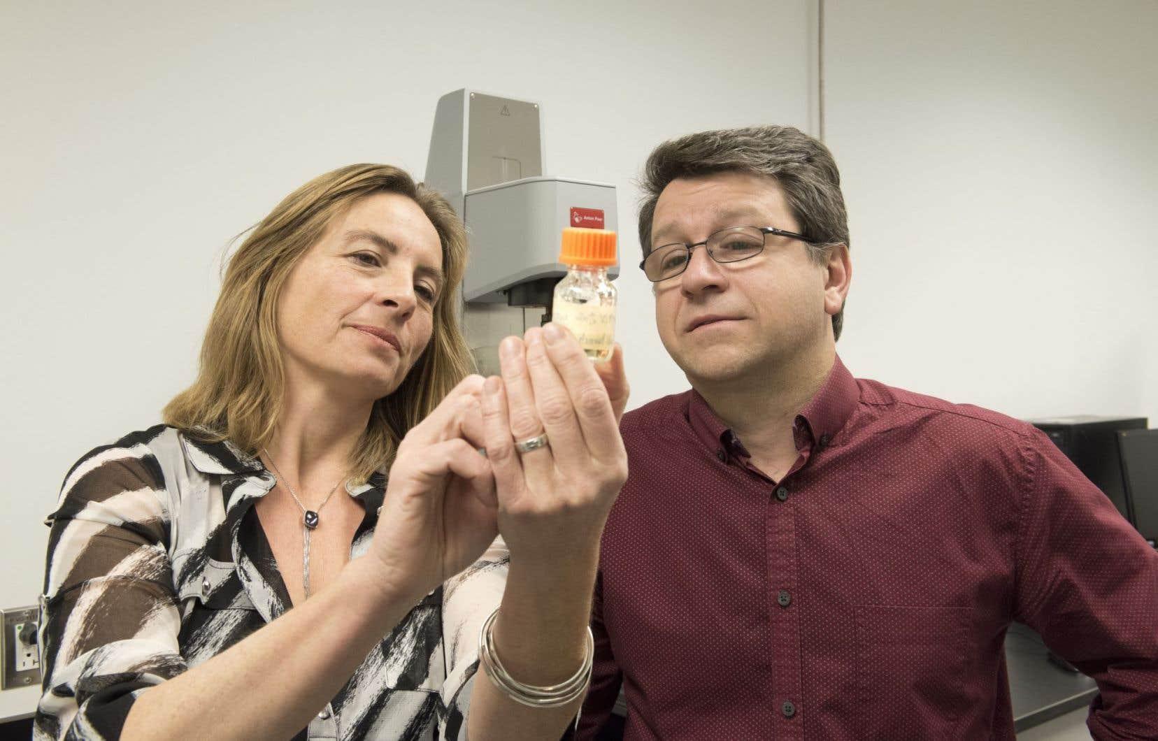 Sophie Lerouge, professeure au Département de génie mécanique à l'École de technologie supérieure (ETS) et chercheuse au CRCHUM, et Réjean Lapointe, chercheur au CRCHUM