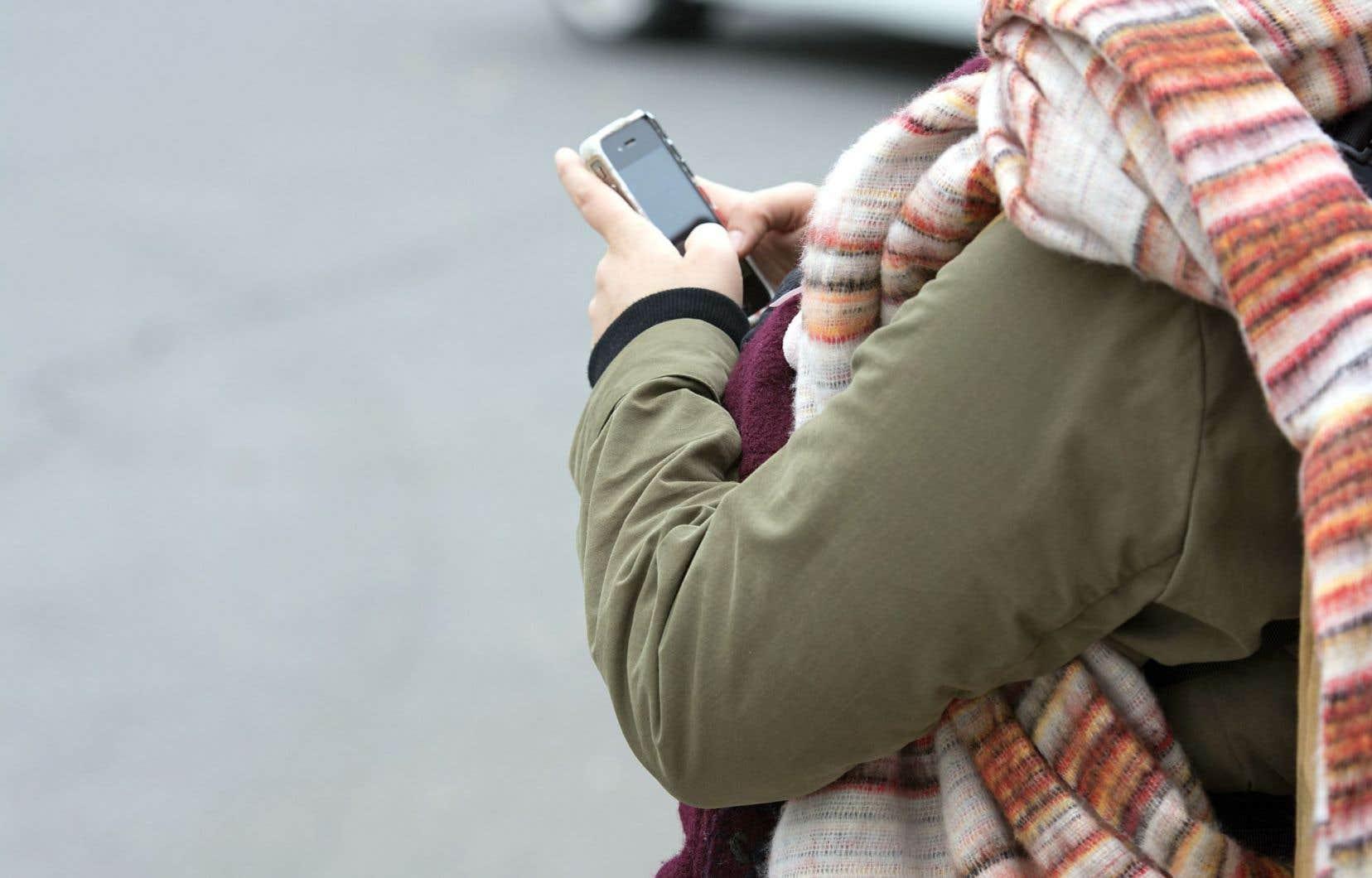 Les citoyens européens ne paieront plus de surcoûts lorsqu'ils téléphoneront, enverront un texto ou surferont sur Internet dans un autre pays de l'Union que celui où ils résident.