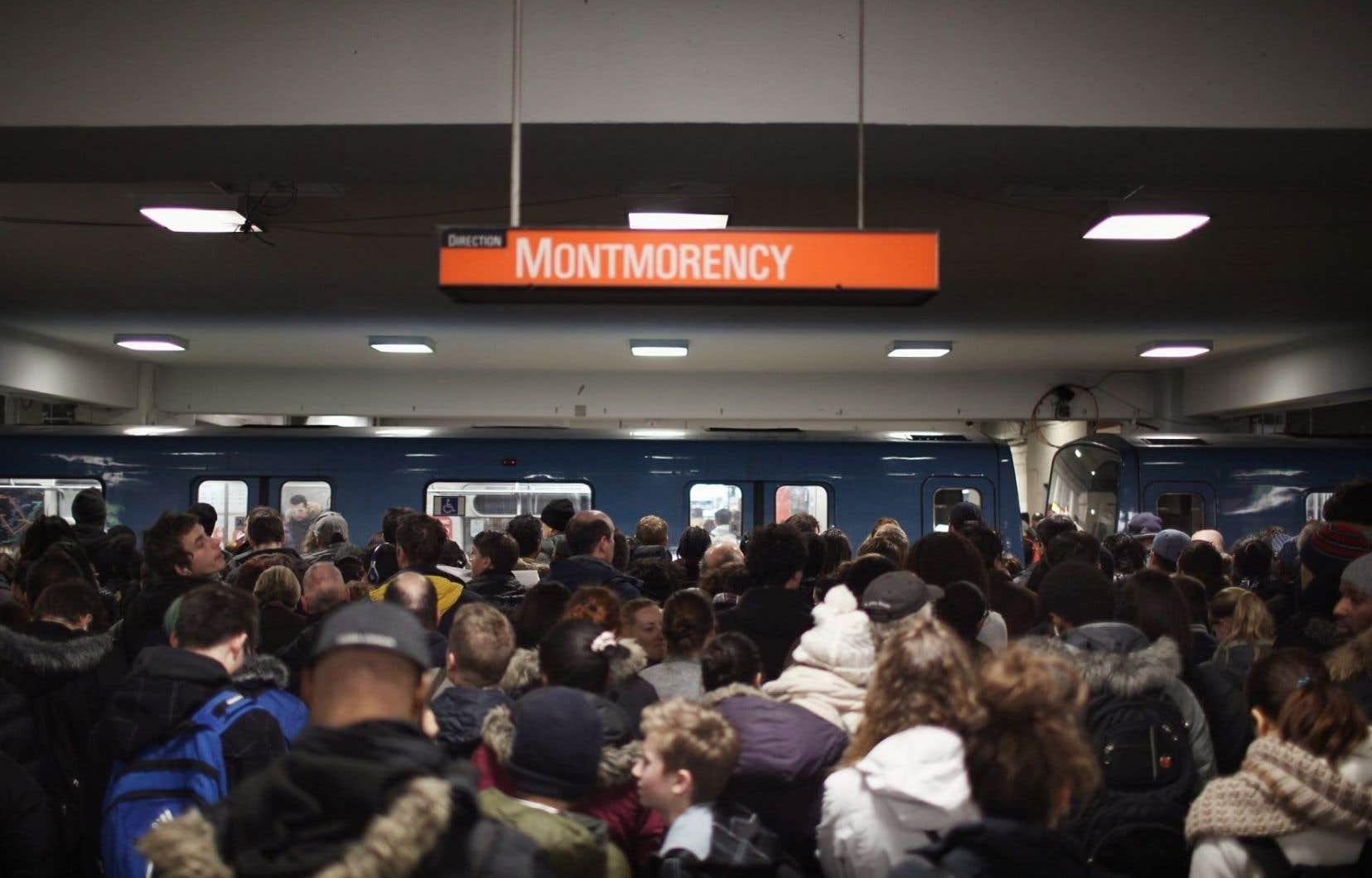 À la station Berri-UQAM, il y a foule sur les quais.