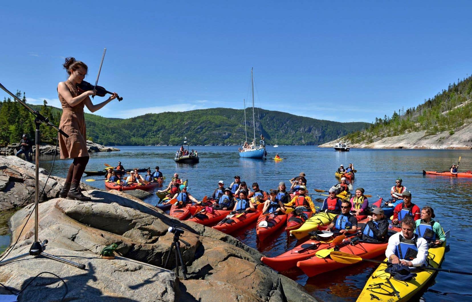 La formule du spectacle de l'Anse à la Barque, sur le fjord du Saguenay, offre une expérience musicale unique aux festivaliers, qui s'y rendent en kayak.
