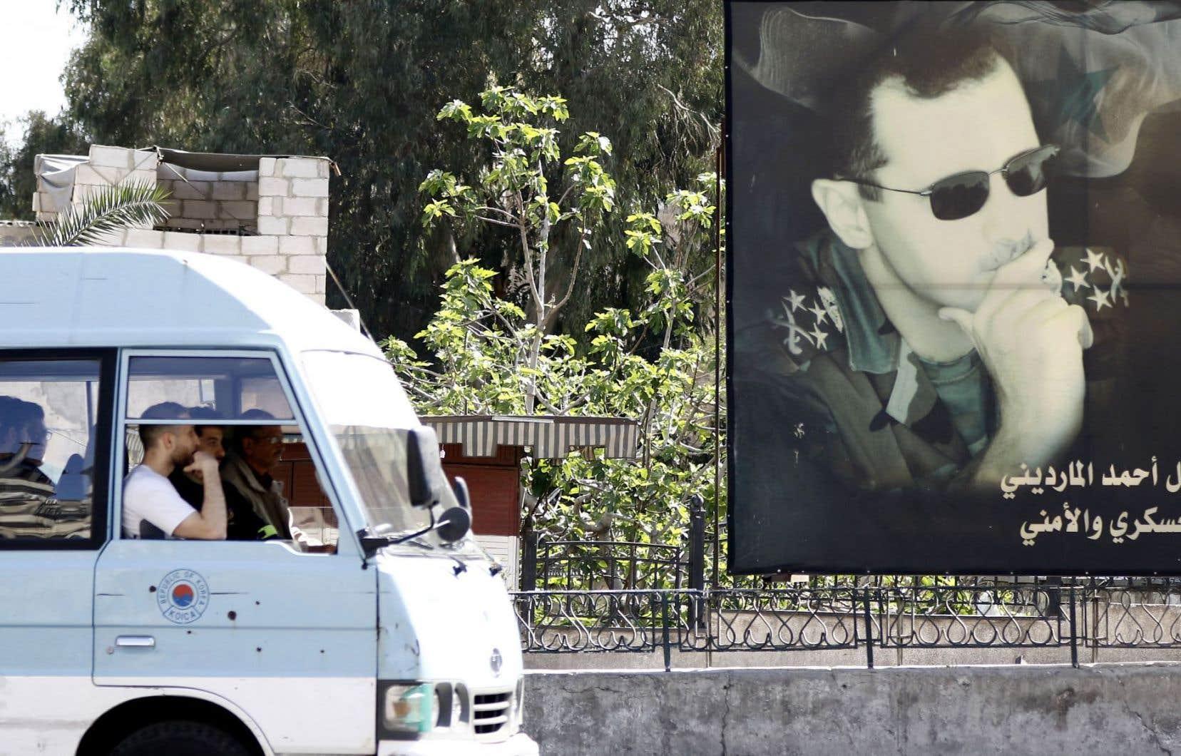Les États-Unis ont servi un avertissement au dictateur Bachar al-Assad, dont le portrait est souvent affiché dans les endroits publics à Damas, qu'il ne pourra plus utiliser les armes chimiques sans conséquences.