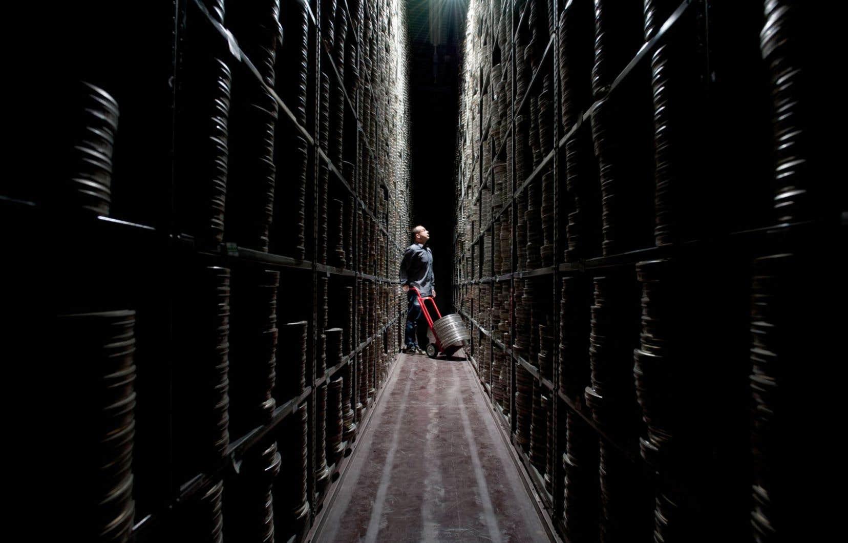 Le directeur de la production du British Film Institute, Scott Starck, dans les archives du BFI. L'institut est considéré comme un empire parmi les empires avec son imposante collection d'environ 60 000 œuvres de fiction et de 750 000 émissions de télévision.