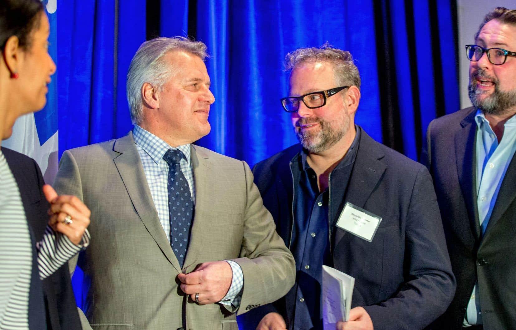 L'homme d'affaires Alexandre Taillefer était entouré notamment des ministres Laurent Lessard et David Heurtel lors de l'annonce.