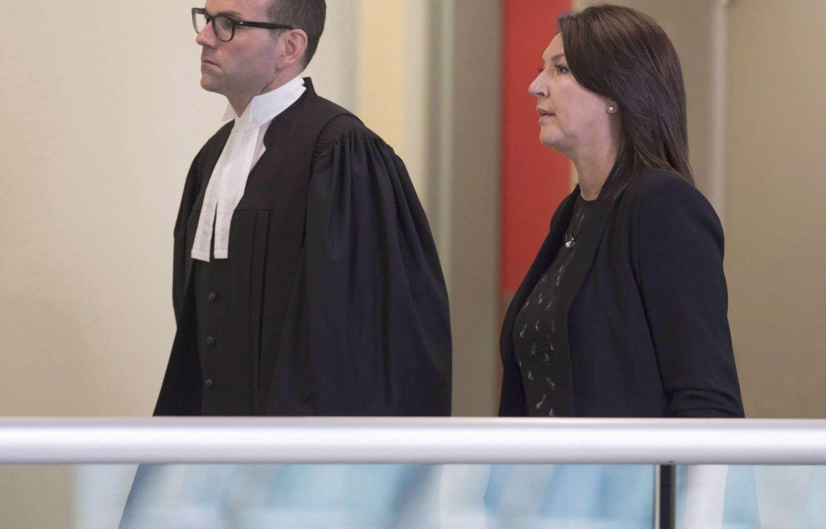 L'ex-vice-première ministre Nathalie Normandeau en compagnie de son avocat Maxime Roy, en août 2016.