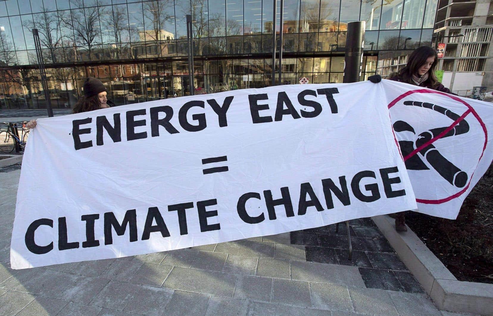 Des manifestantes s'opposant au projet d'oléoduc Énergie Est à Halifax, en 2015.L'ONE doit étudier ce projet d'oléoduc, qui vise à acheminer du pétrole des sables bitumineux de l'Alberta jusqu'au Nouveau-Brunswick.