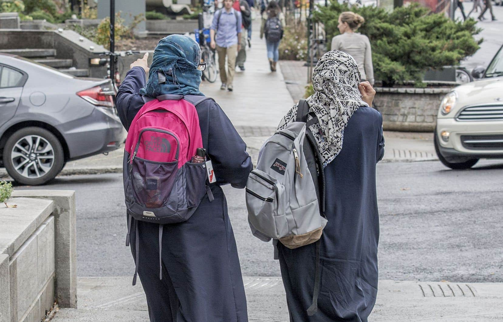 La visibilité qu'on accorde aux musulmans leur nuit plus qu'elle ne les sert. Ils souhaitent simplement qu'on les regarde et qu'on les traite comme des citoyens à part entière, écrit l'auteur.