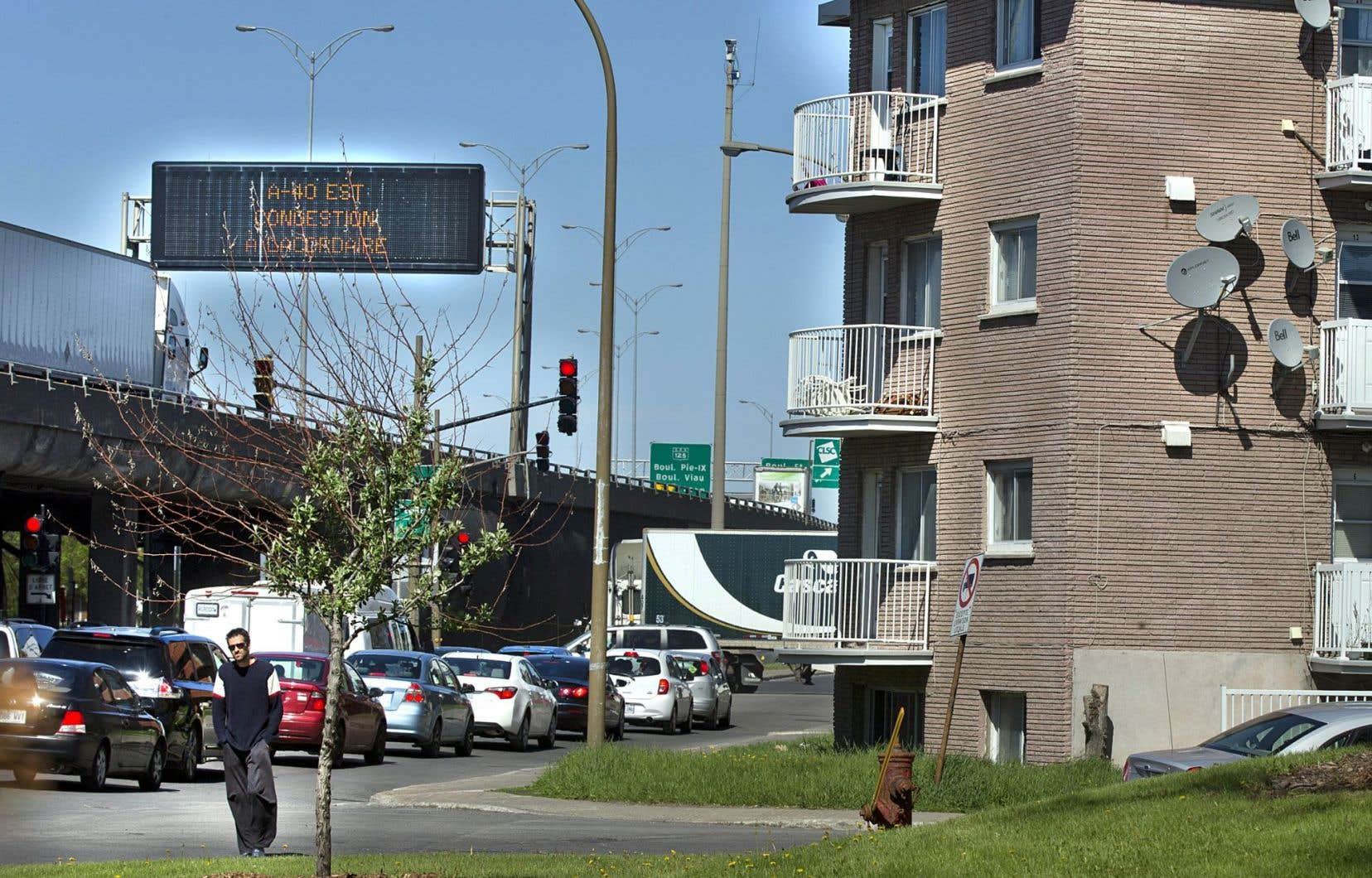 Traversés par des dizaines de milliers de véhicules chaque jour, les secteurs d'habitation aux abords des autoroutes et des grands boulevards contiennent les taux les plus élevés de monoxyde de carbone et d'oxyde d'azote. Le bruit est aussi un inconvénient majeur, qui altère la qualité de vie des résidants.