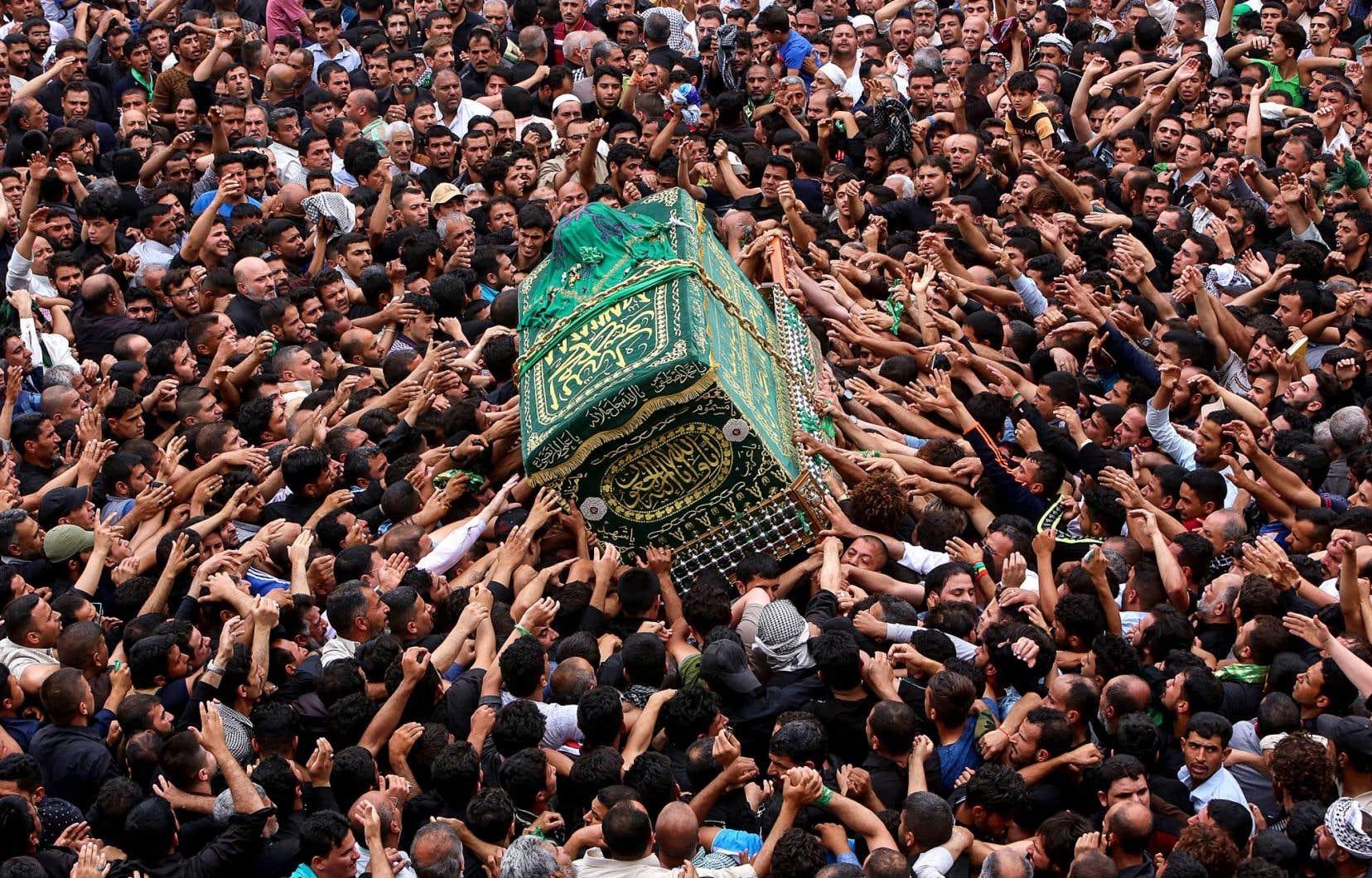 Les nombreux pèlerins ont tenté de toucher la réplique du cercueil de l'imam Moussa Kazem, transportée dans les rues de Bagdad.