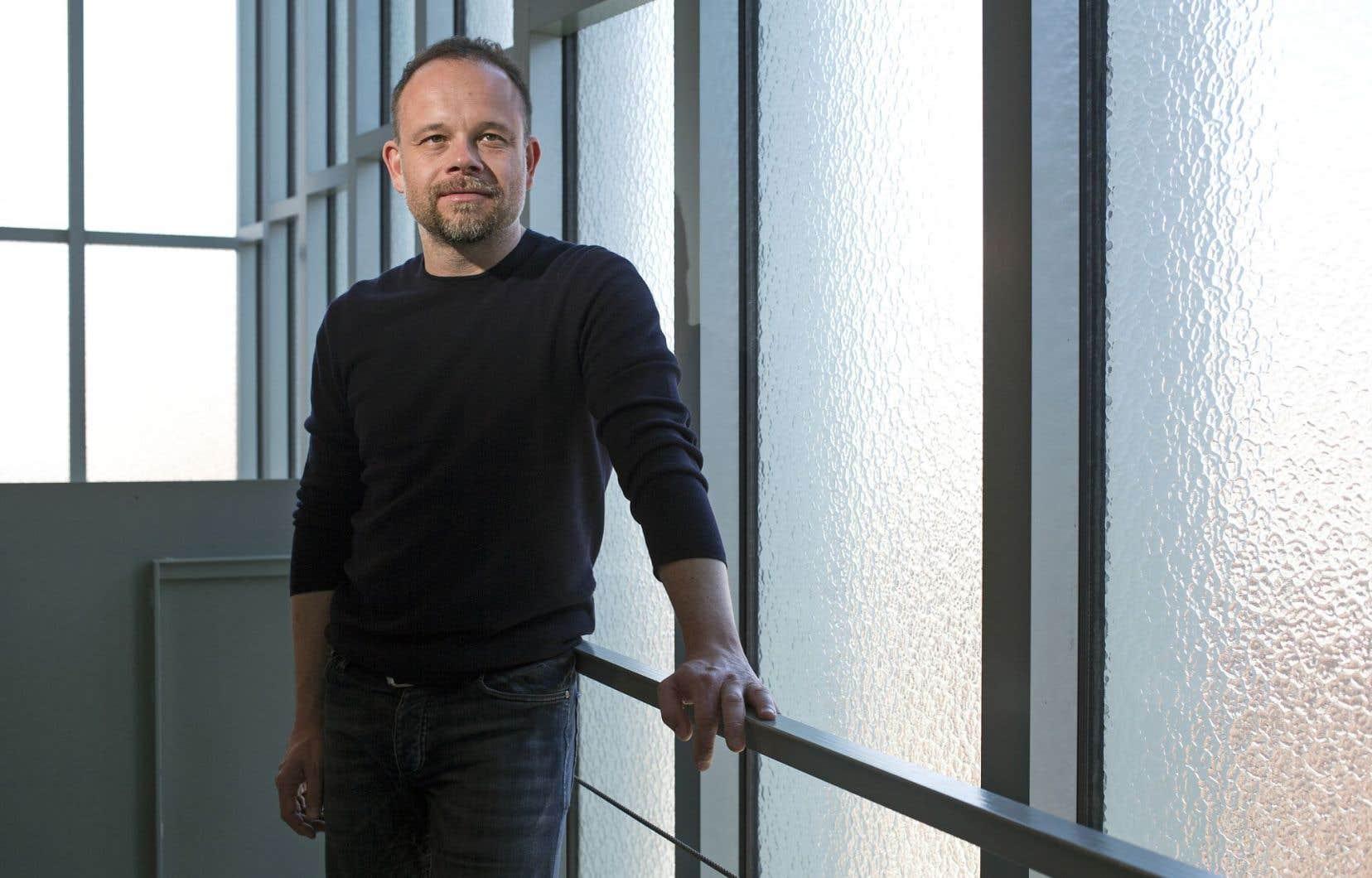 Geoffrey Gaquère, directeur artistique de l'Espace libre, devait être heureux de parler des spectacles à venir, mais il est en colère.