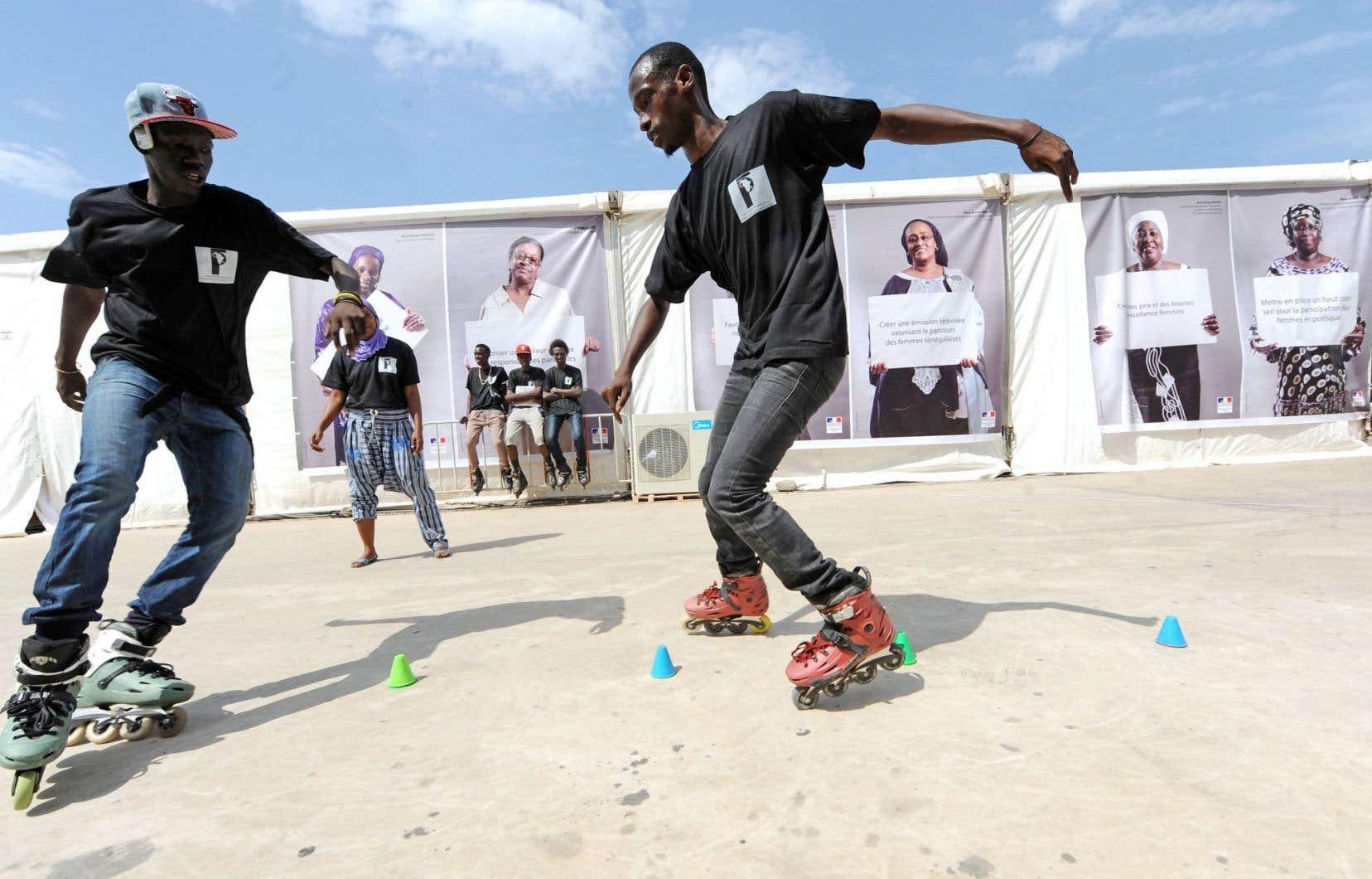 En Afrique, 60 % des chômeurs sont des jeunes, déplore Michaëlle Jean. Ci-dessus, deux jeunes devant le Village de la Francophonie lors du Sommet de Dakar, en 2014.
