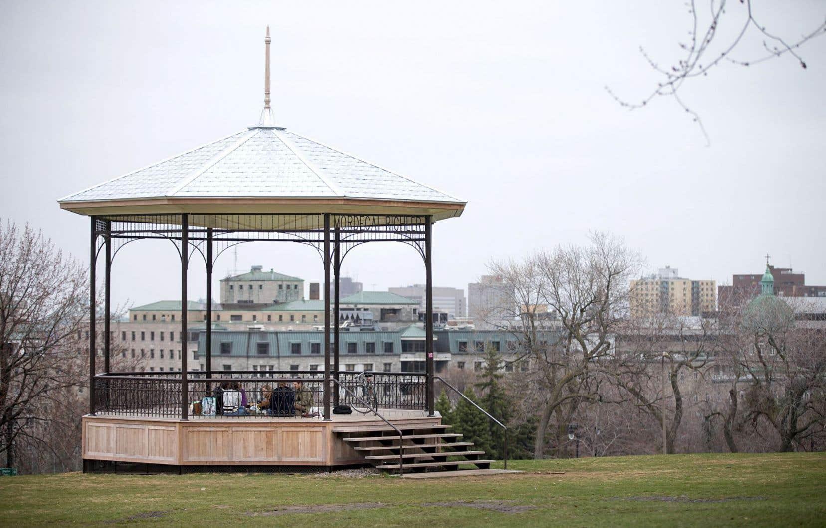 En 2011, l'ex-maire Gérald Tremblay avait annoncé que le pavillon défraîchi situé au pied du mont Royal serait rénové et renommé en l'honneur de Mordecai Richler.