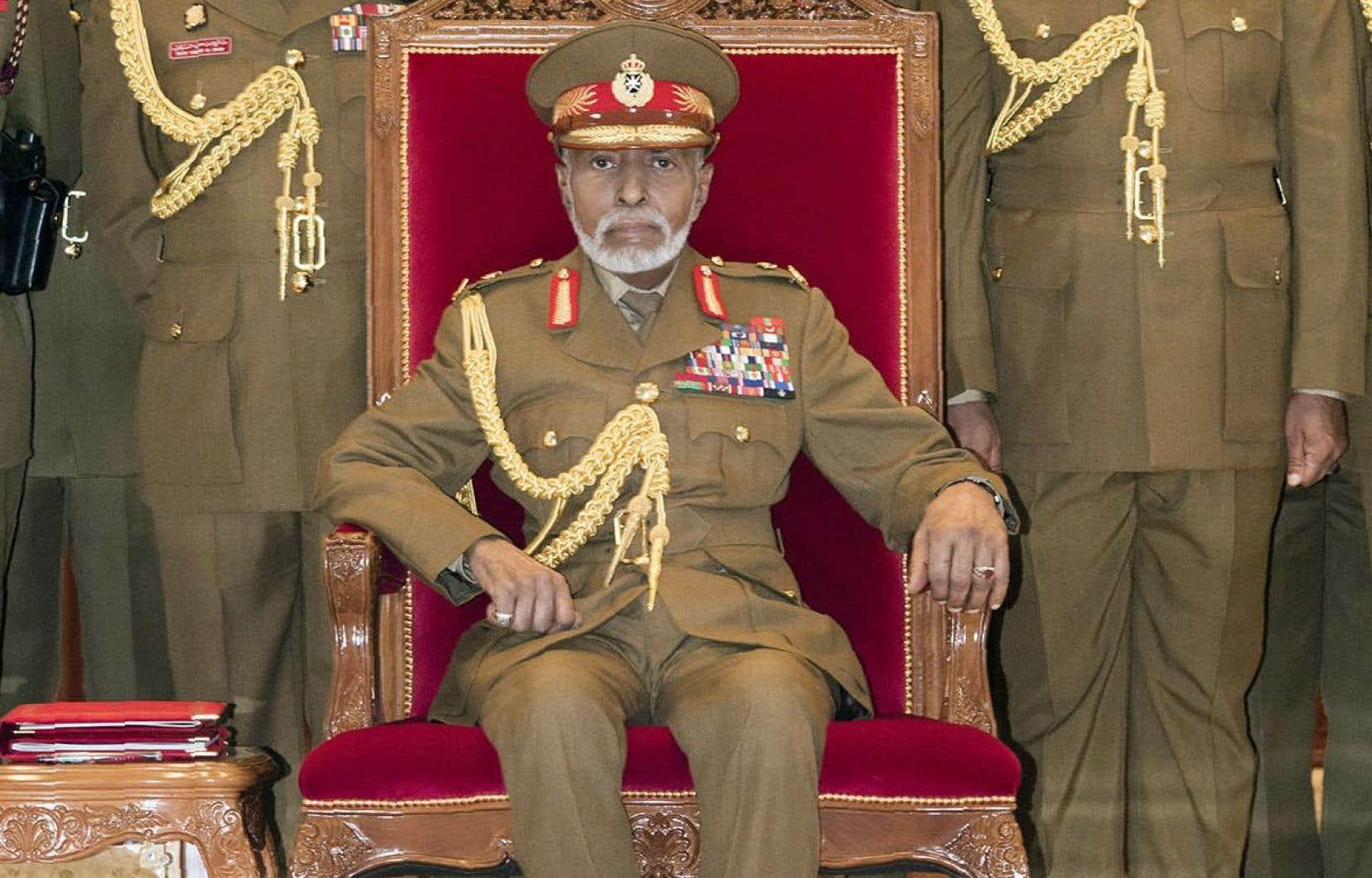 Le sultan d'Oman, Qabous ben Saïd, assiste à un défilé militaire dans la capitale de Muscat.