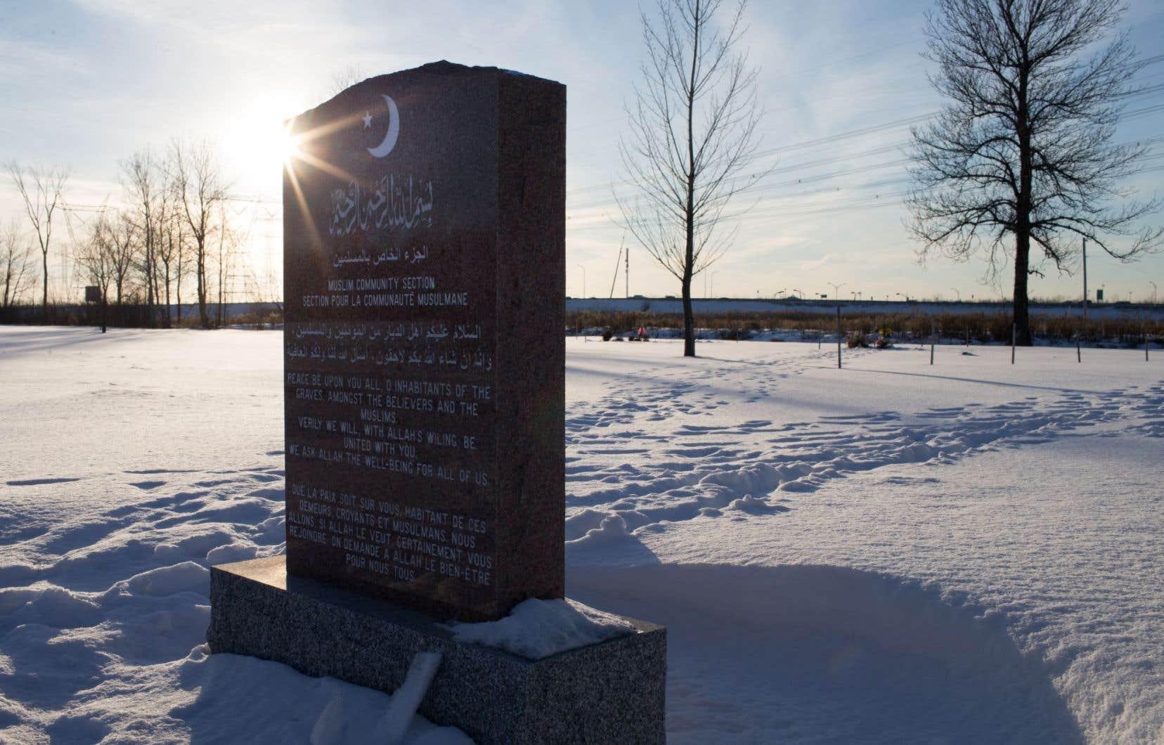Une pierre tombale de la section du cimetière de Saint-Hubert, sur la rive-sud de Montréal, reservée à la communauté musulmane.
