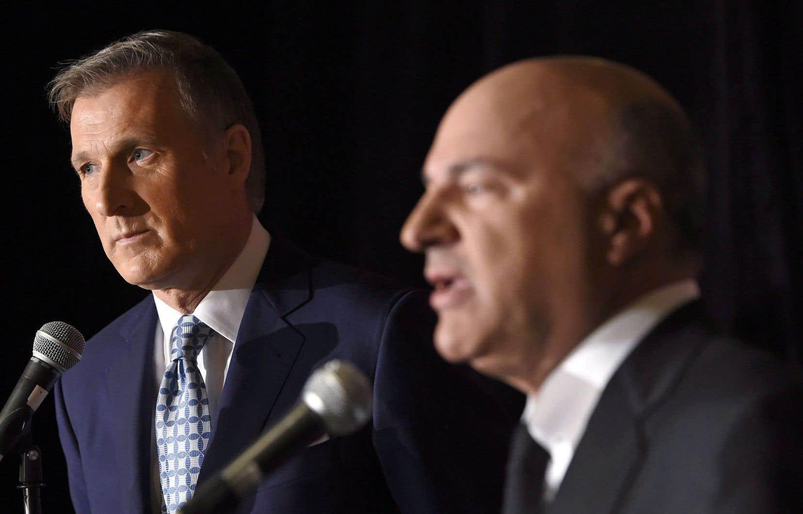 Les candidats à la direction du Parti conservateur du Canada à la fin du débat de mercredi, le dernier de la campagne.