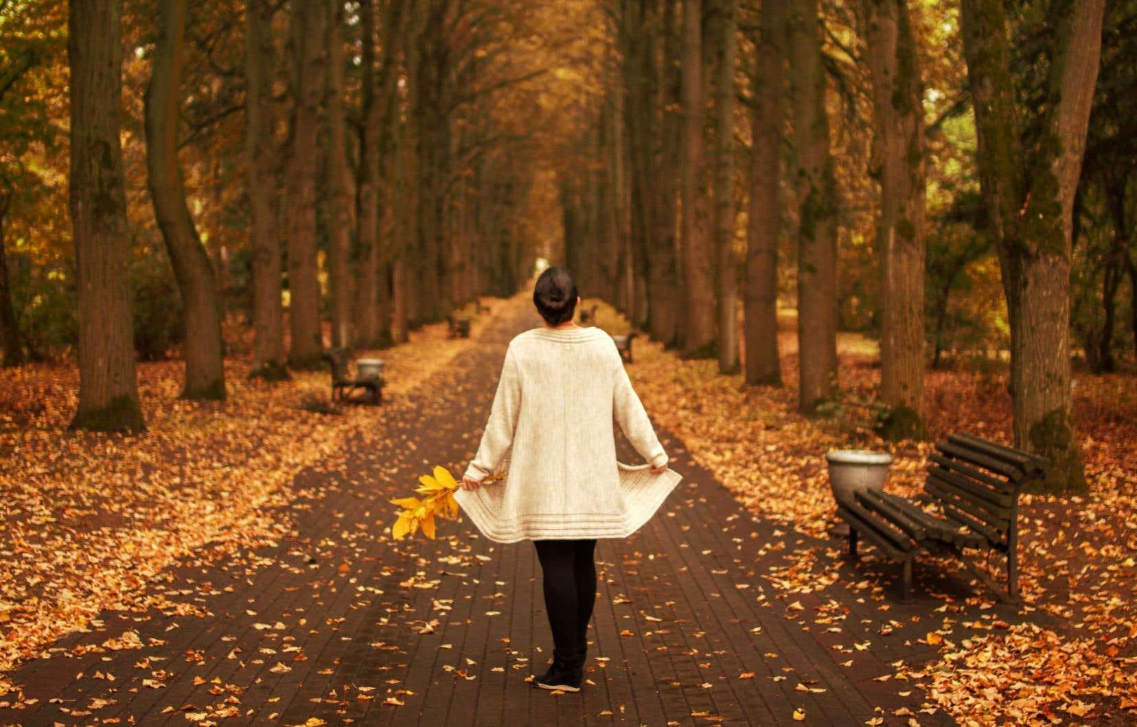 Passant du «je» au «tu», s'adressant tantôt à une amie ou à un canard, Johanne Fournier note le passage du temps, égrène les saisons, fixe l'écoulement des années.
