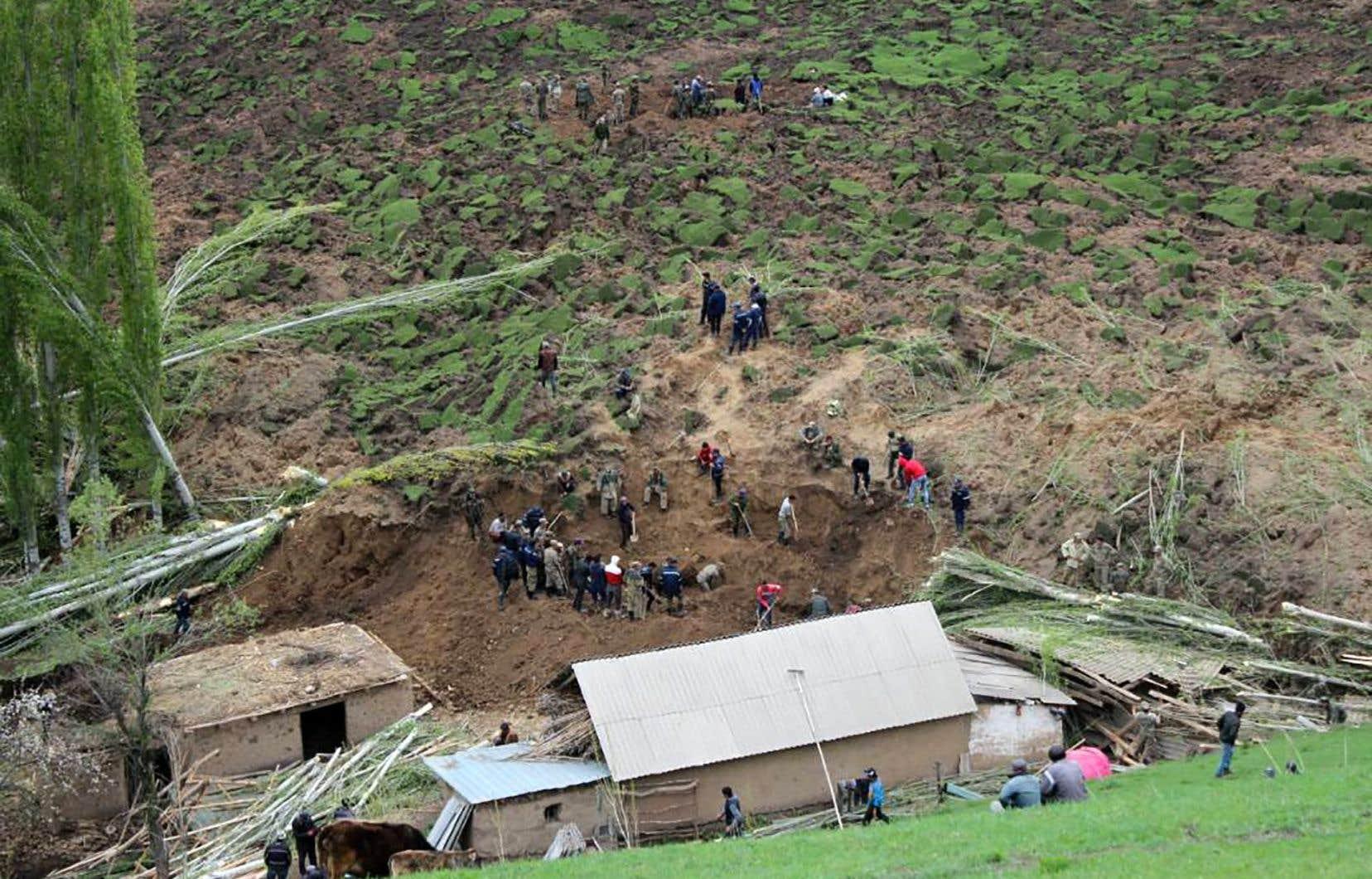 Les avalanches et glissements de terrain sont fréquents au Kirghizistan, dont le territoire est à 95% montagneux.