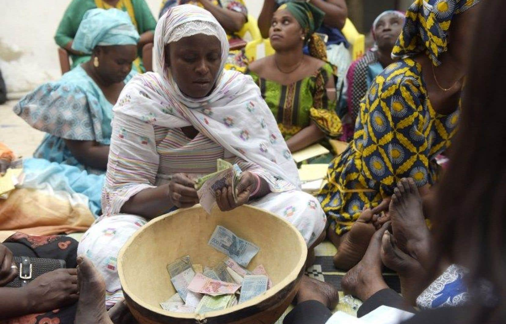 La Sénégalaise Ndèye Binta Ndoye compte l'argent d'une tontine.