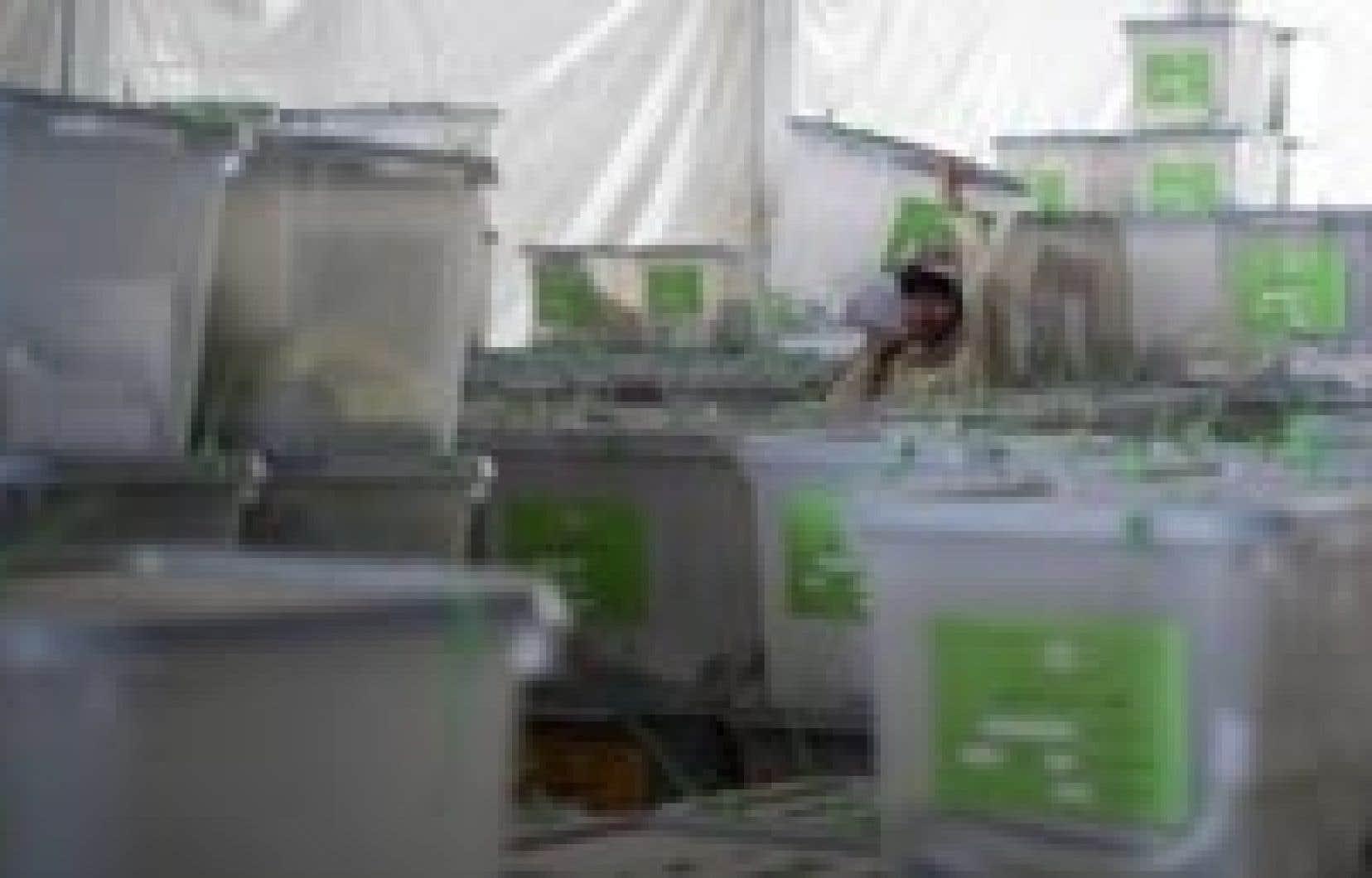 Un travailleur irakien, hier, alors qu'il transportait des urnes de scrutin, à Kaboul.