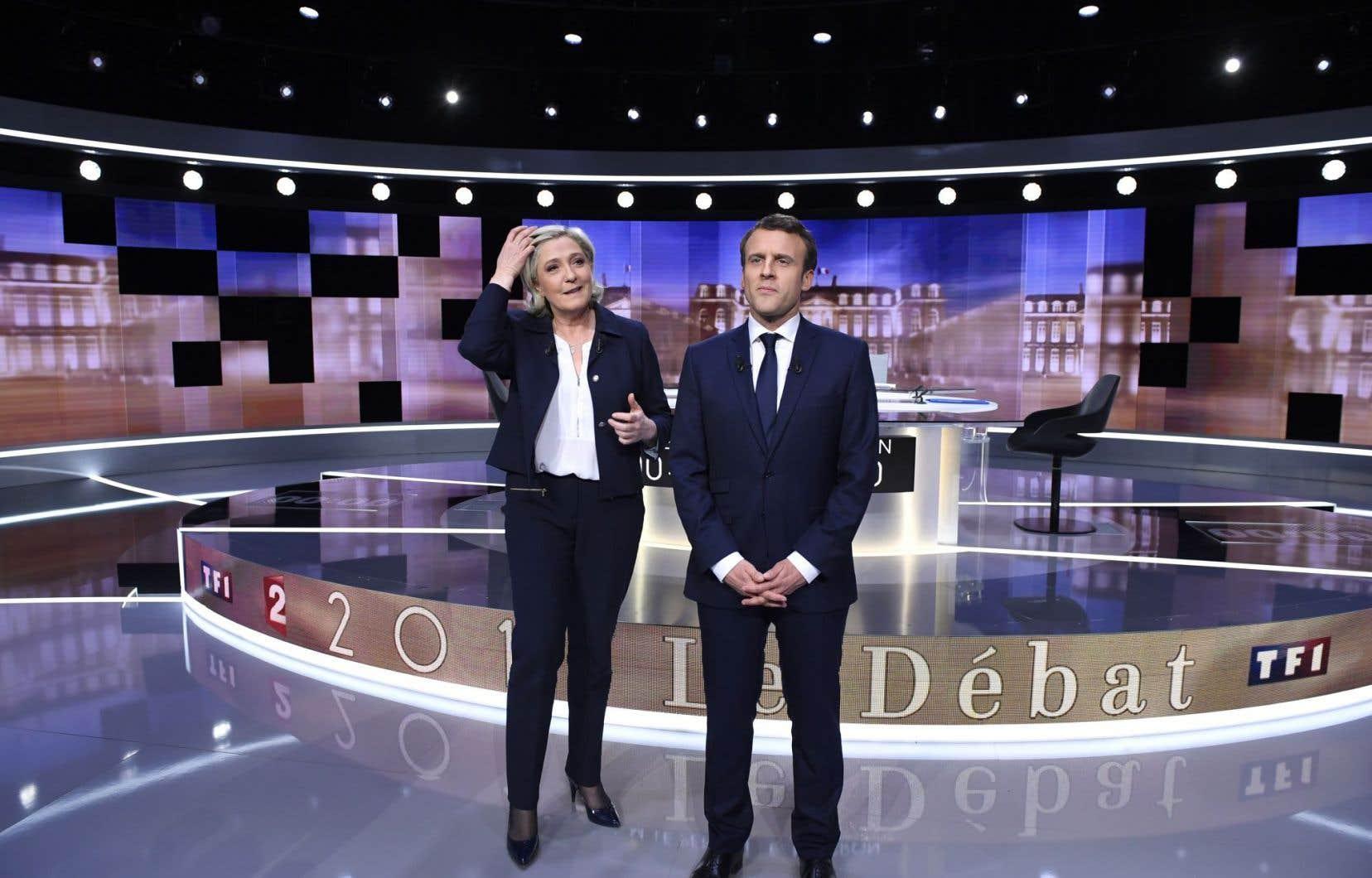 Marine Le Pen et Emmanuel Macron posant pour les photographes juste avant l'ouverture des hostilités