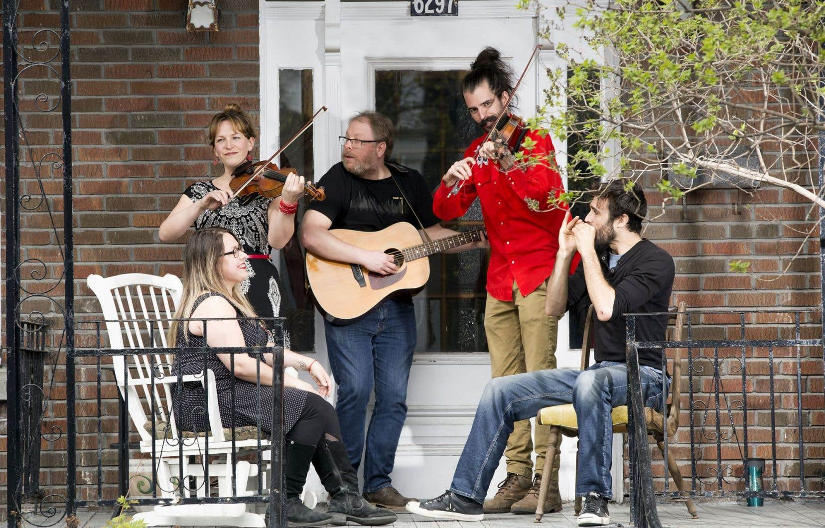 Mélissa Thibodeau, Catherine Planet (au violon), Mathieu Gagné (à la guitare), David Simard (au violon), Olivier Arseneault (assis avec harmonica) joueront sur un balcon près de chez vous ce printemps!