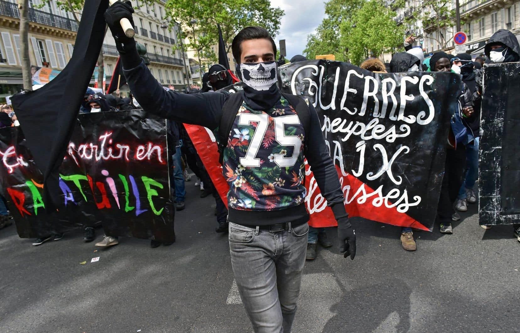 De jeunes Français ont manifesté leur manque de confiance envers la classe politique lors d'une marche organisée le 1er mai dernier à Paris.