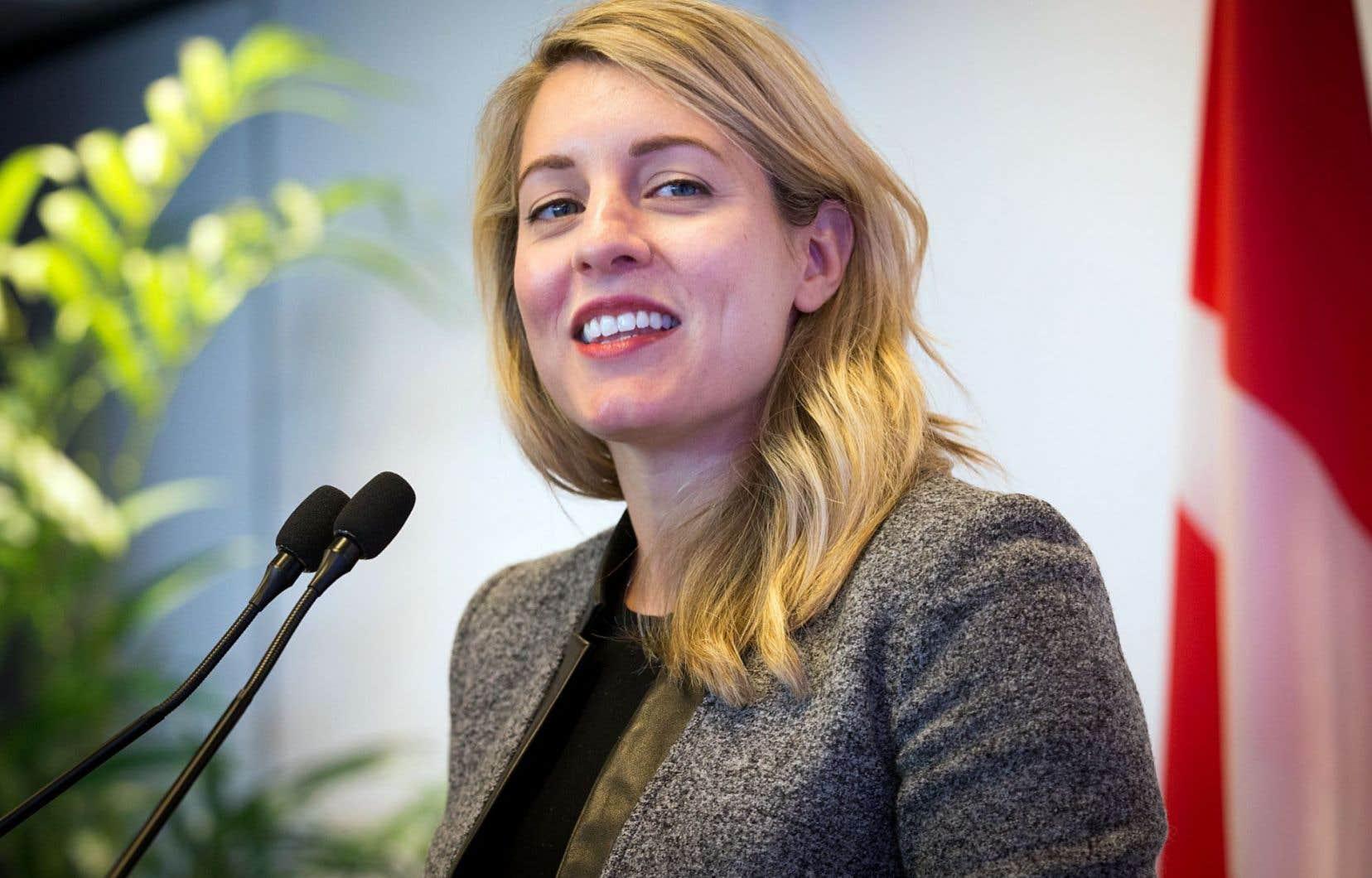 «Je suis allée au-delà de ma lettre de mandat», affirme la ministre libérale en réponse aux critiques sur les consultations publiques qu'elle mène.