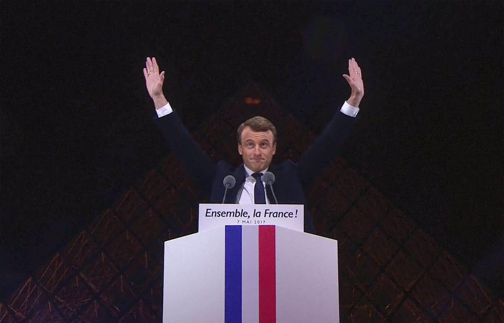 Le président élu Emmanuel Macron a prononcé un discours devant la pyramide au musée du Louvre, à Paris.