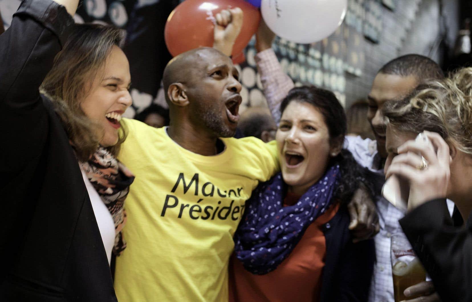 Des partisans d'Emmanuel Macron célèbrent sa victoire dans un bar du Plateau-Mont-Royal.