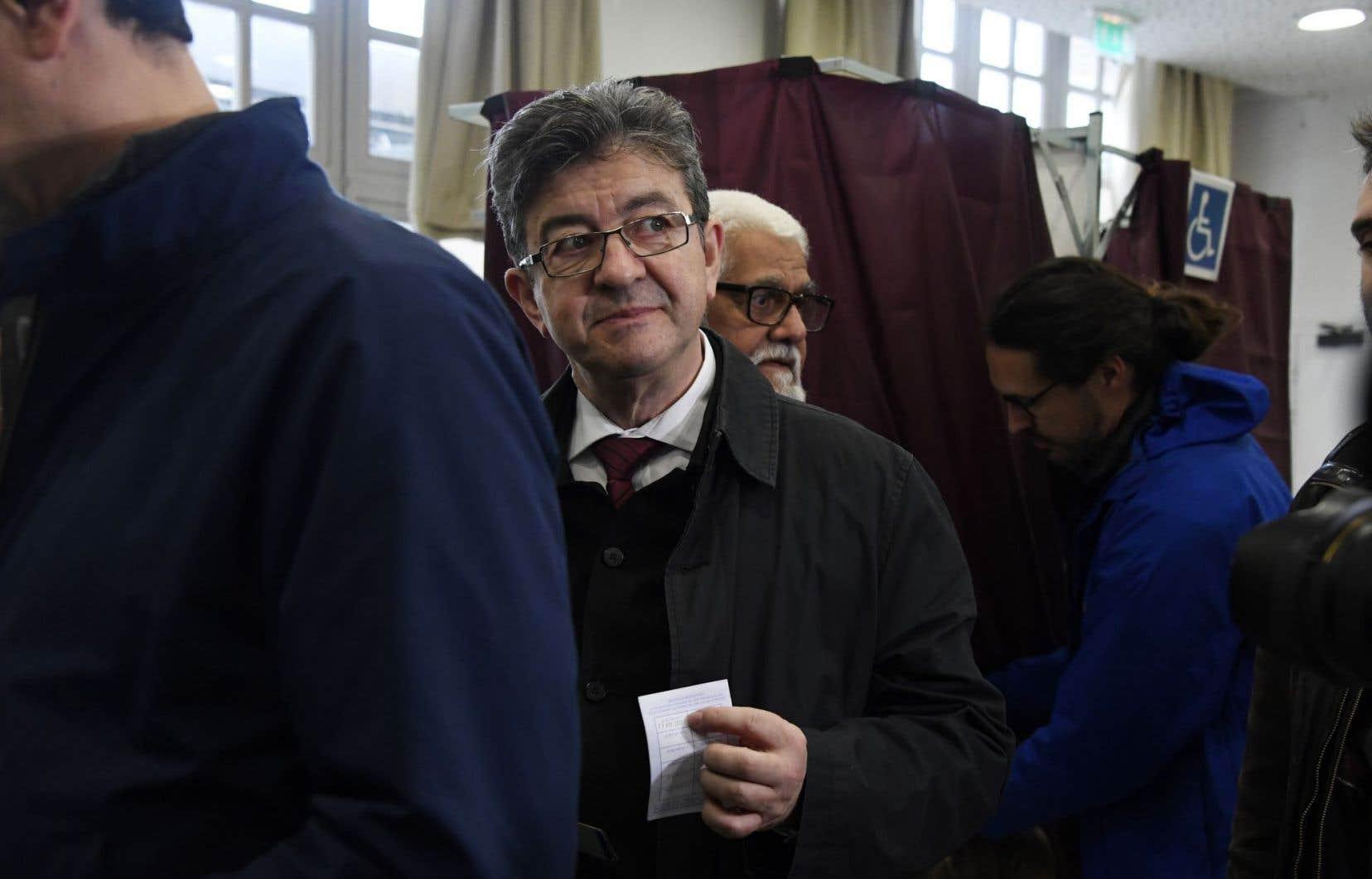 Le chef de la coalition d'extrême gauche La France Insoumise, Jean-Luc Melenchon, lorsqu'il se préparait à voter dans un bureau de vote à Paris.