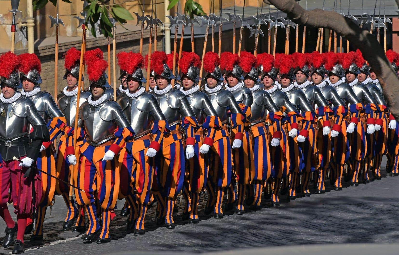 Les soldats, avec leur uniforme coloré et leur casque surmonté de plumes rouges, sont un des symboles de la cité papale.