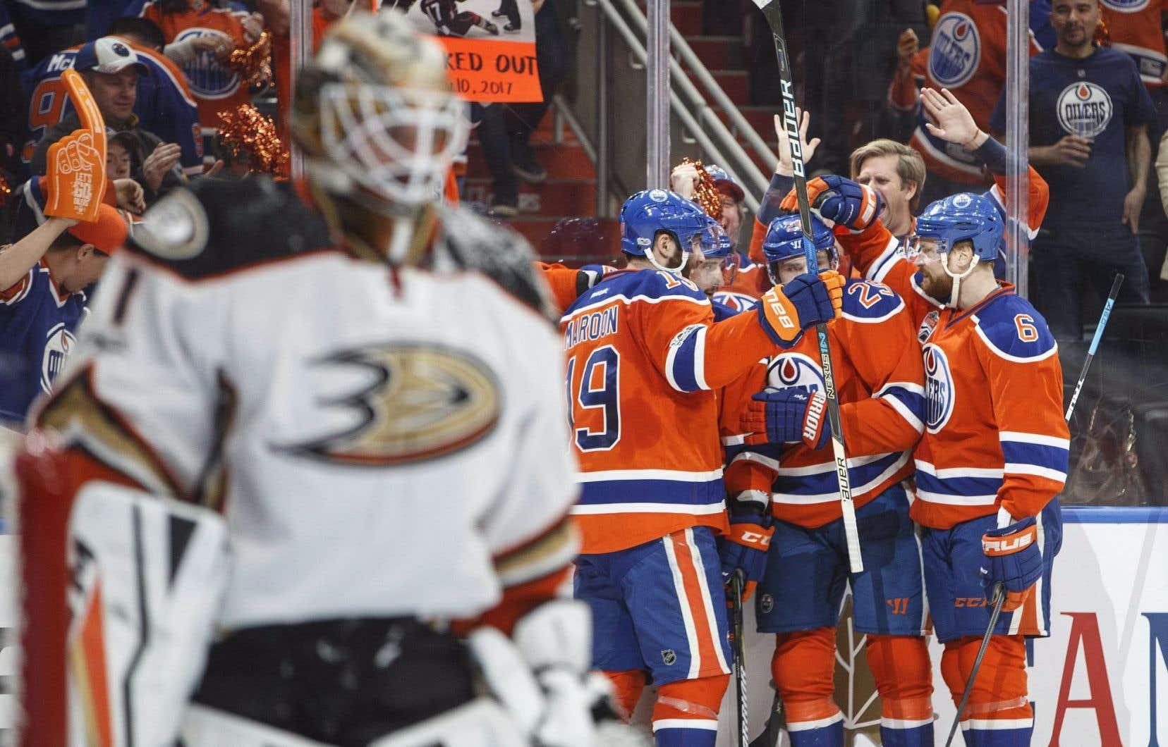 Les Oilers ont inscrit cinq buts en première période dimanche.