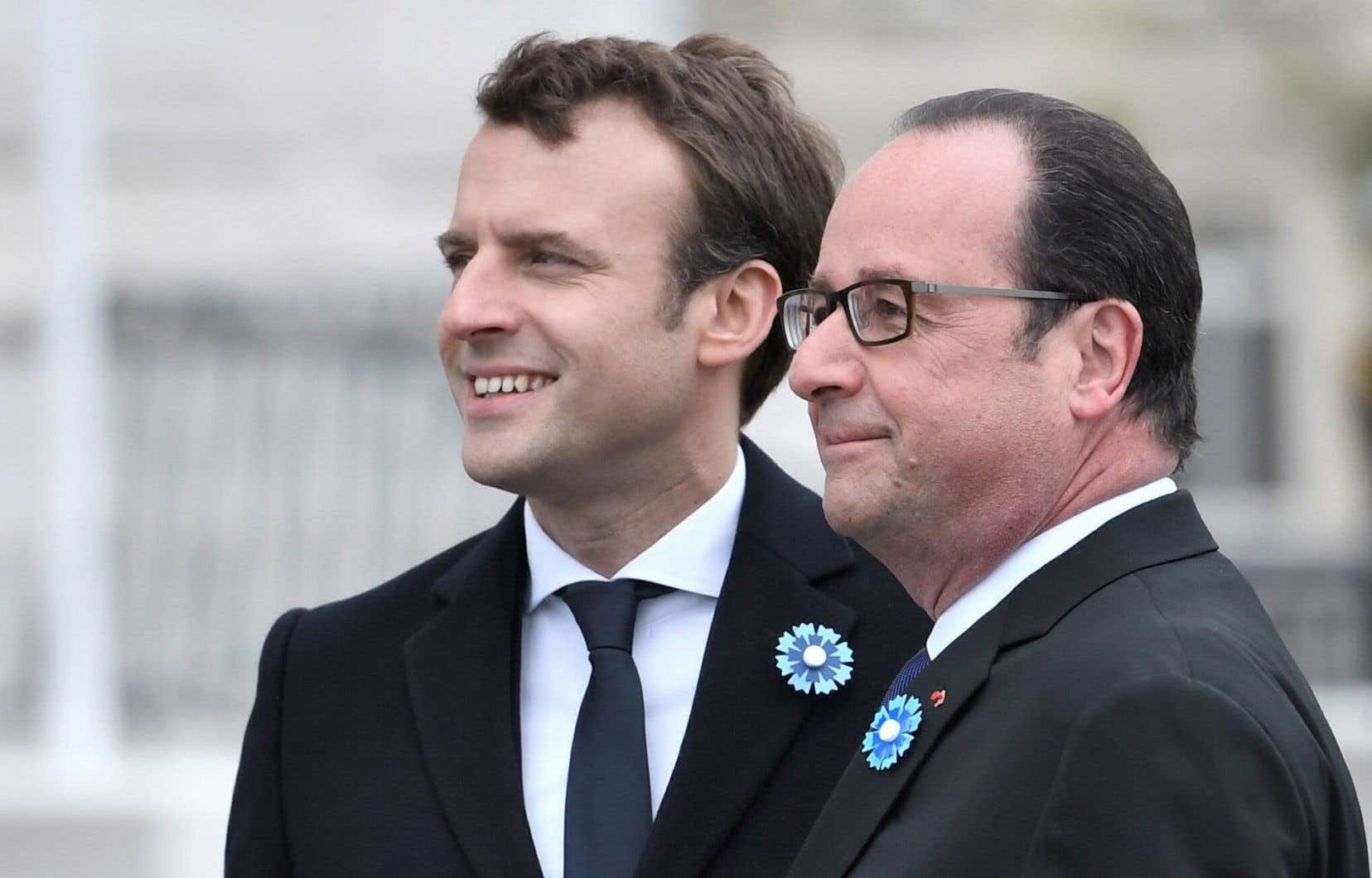 Les deux hommes étaient côte à côte pour écouter l'hymne national français.