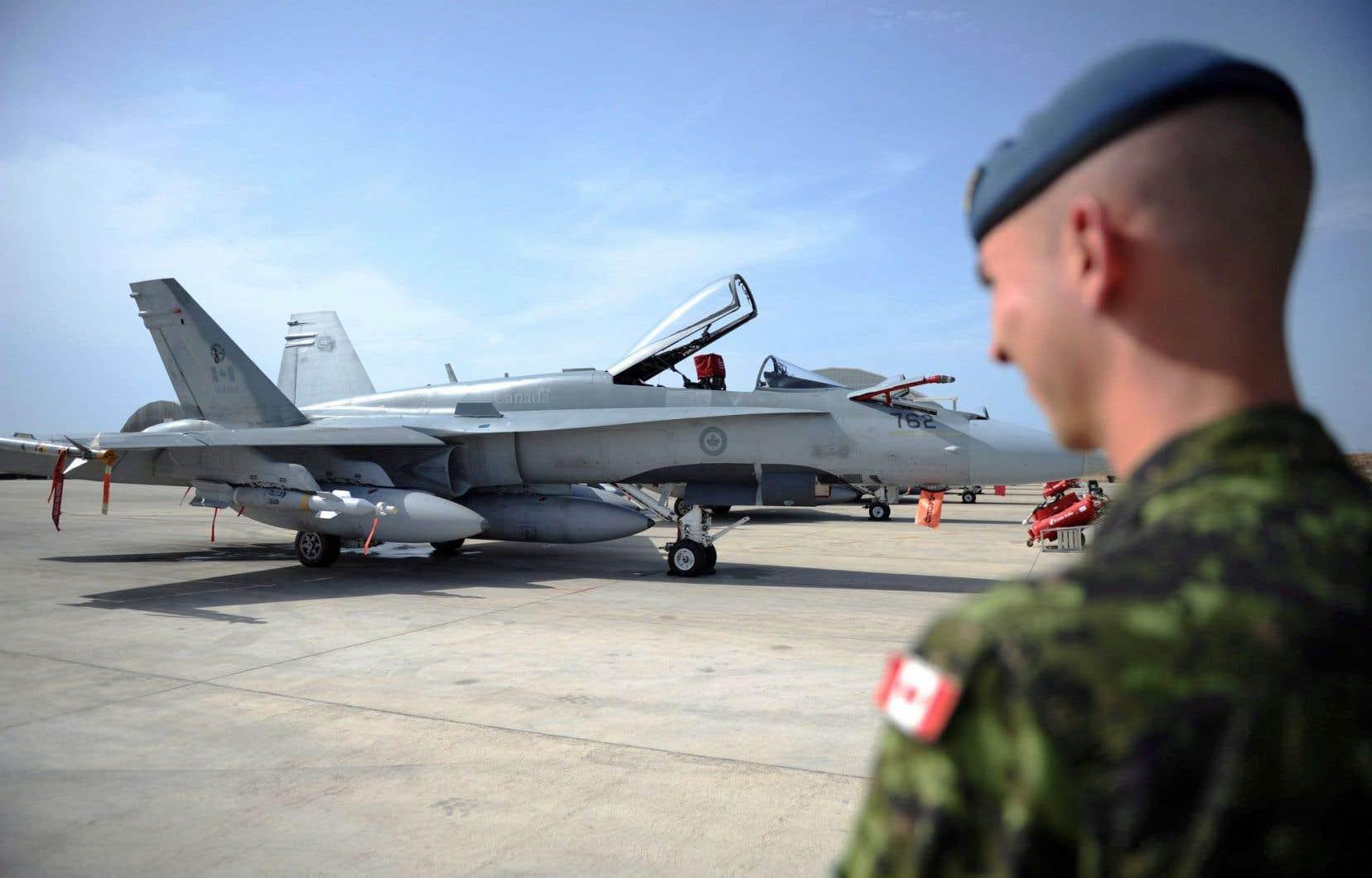 Un CF-18 sur la base militaire de Trapani, en Italie