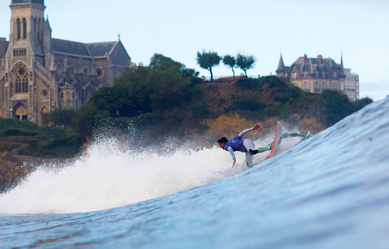 Biarritz est reconnue pour la qualité du surf, avec des vagues pouvant atteindre trois mètres et plus.