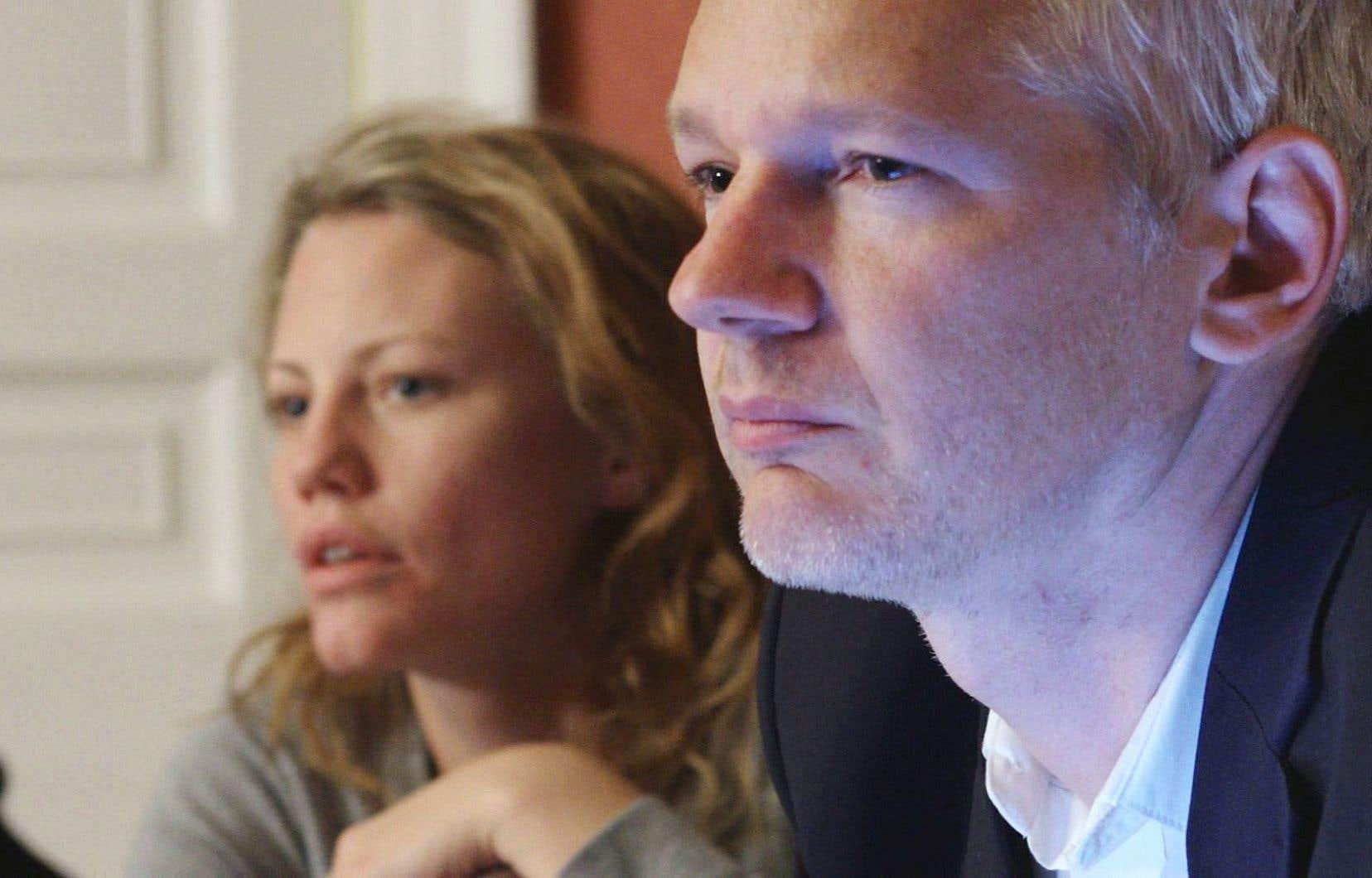 Le film montre Assange dans son environnement de travail.
