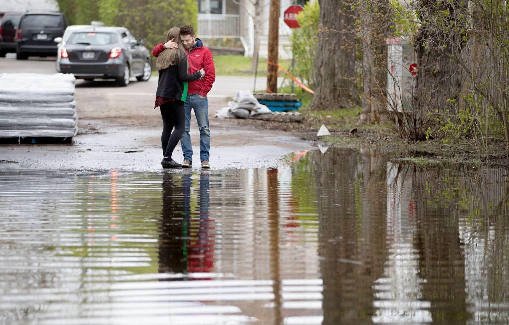 Mariane Fournier et Oscar Lozano ont été réveillés vers 6h du matin dimanche dernier lorsqu'une digue a cédé, inondant complètement leur maison. Les pompiers ne leur ont laissé que 15 minutes pour récupérer leurs effets personnels et évacuer leur résidence.
