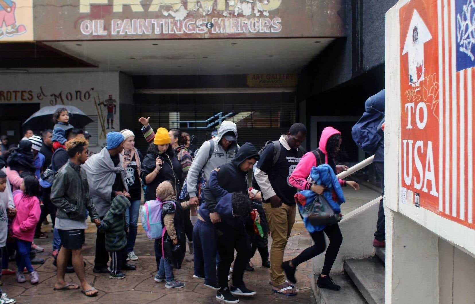 Des migrants en provenance d'Amérique centrale attendent à la douane de Tijuana, Mexique.