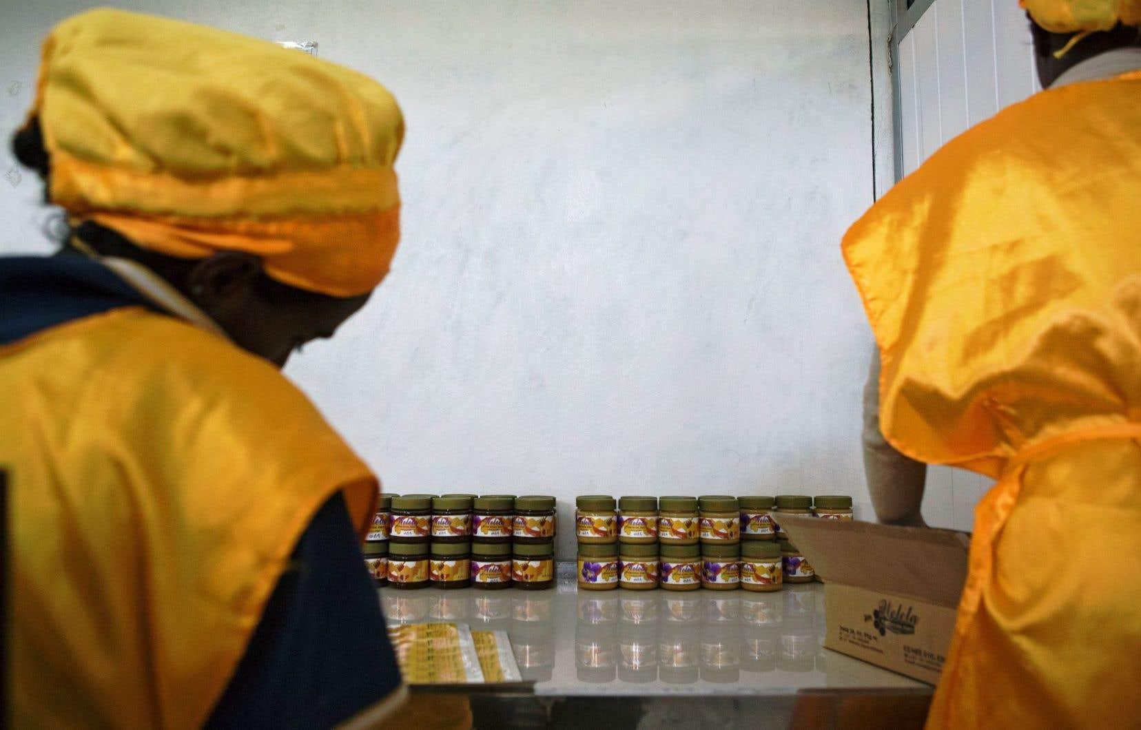 Des ouvrières de l'entreprise Welele emballent du miel destiné à la vente, dans la principale usine de transformation de miel à Mekele, en Éthiopie.