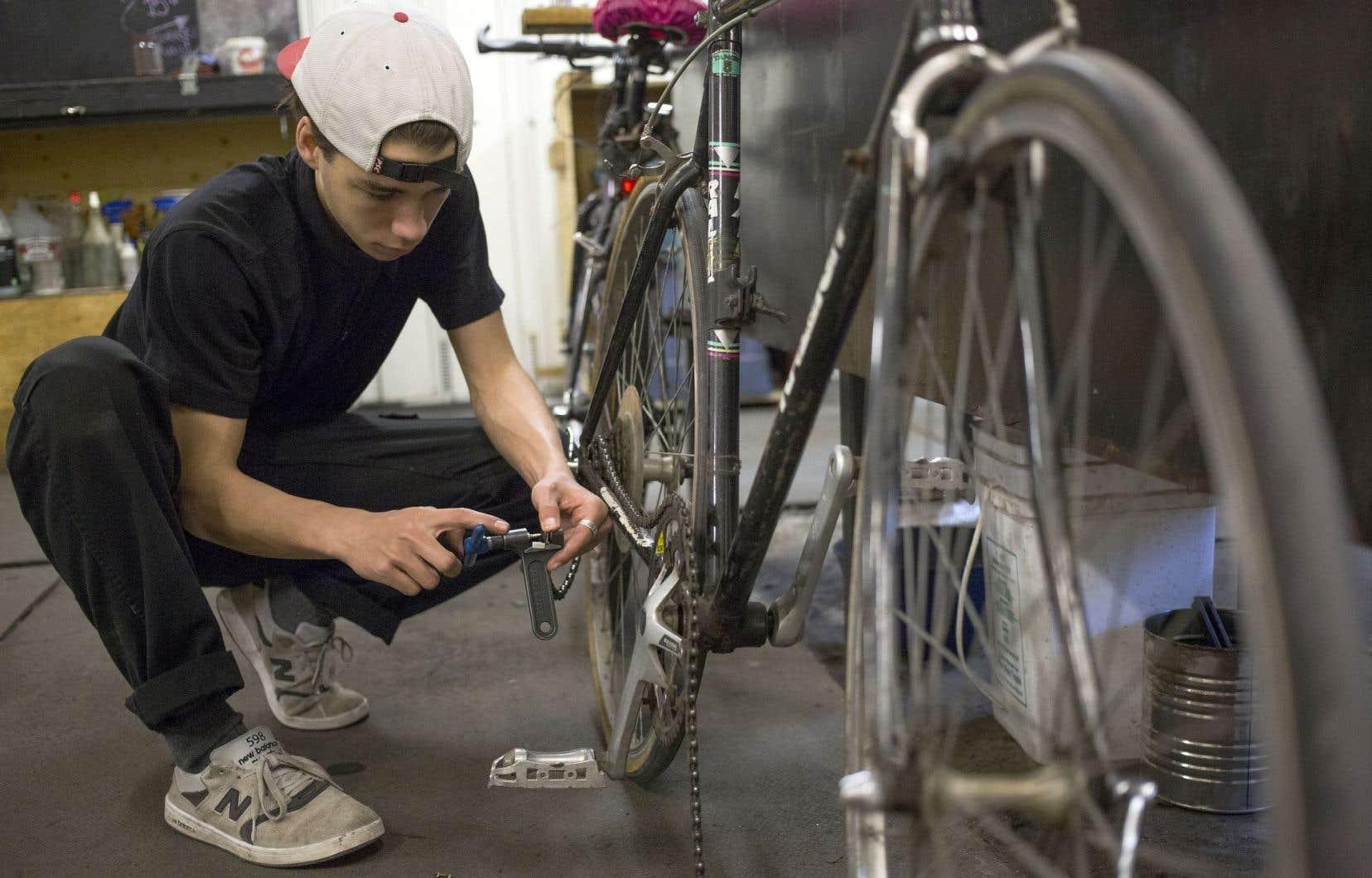 Unis par la volonté de rendre le vélo plus accessible, les ateliers et coopératives de mécanique vélo fonctionnent grâce aux bénévoles.