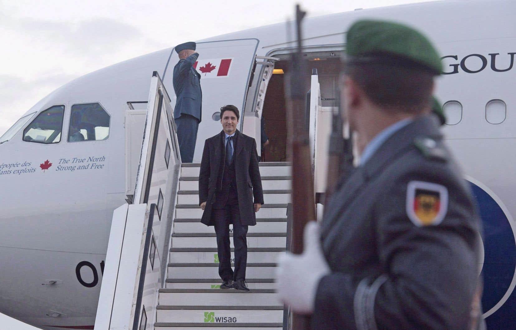 Le premier ministre débarquant du Challenger, à Berlin, en février dernier