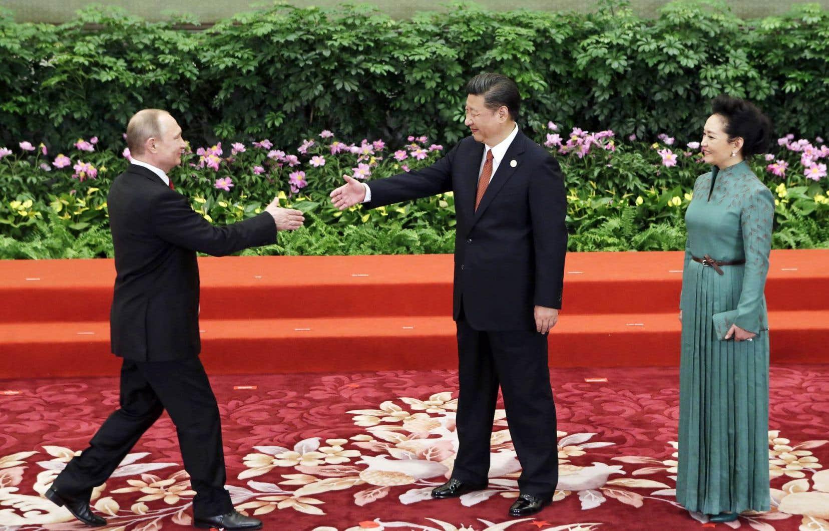 La grande majorité des chefs de gouvernement et d'État occidentaux ont boudé le sommet de Pékin. En revanche, une trentaine de chefs venus d'ailleurs dans le monde se sont rendus sur place, dont le président russe, Vladimir Poutine, accueilli par le président chinois, Xi Jinping.