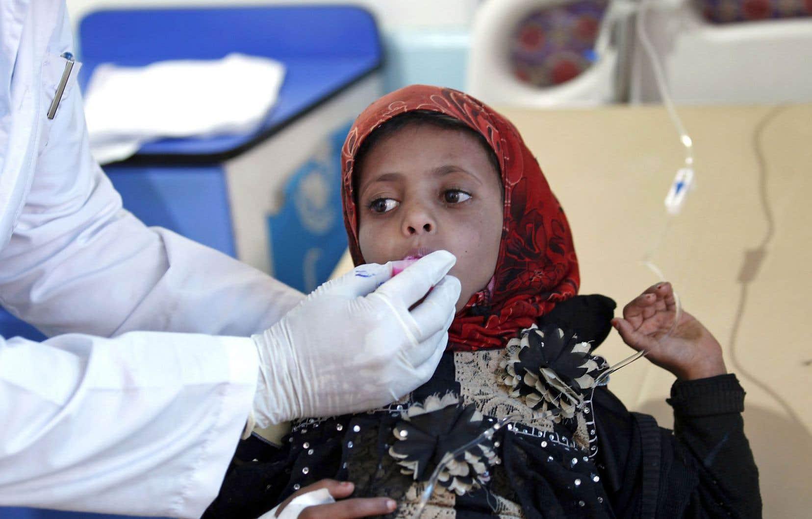 Un enfant yéménite soupçonné d'être infecté reçoit un traitement dans un hôpital de Sanaa.