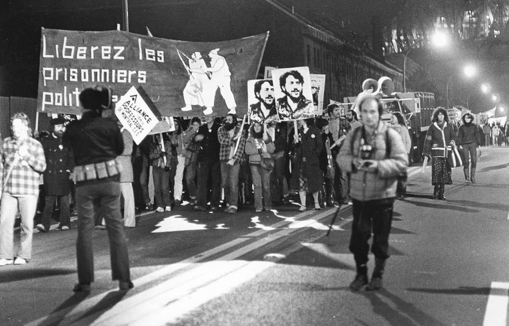 Lorsqu'il s'agit de parler de l'indépendance du Québec, la minorité opprimée passe rapidement du rôle de héros civique à celui d'extrémiste violent, estime l'auteur.