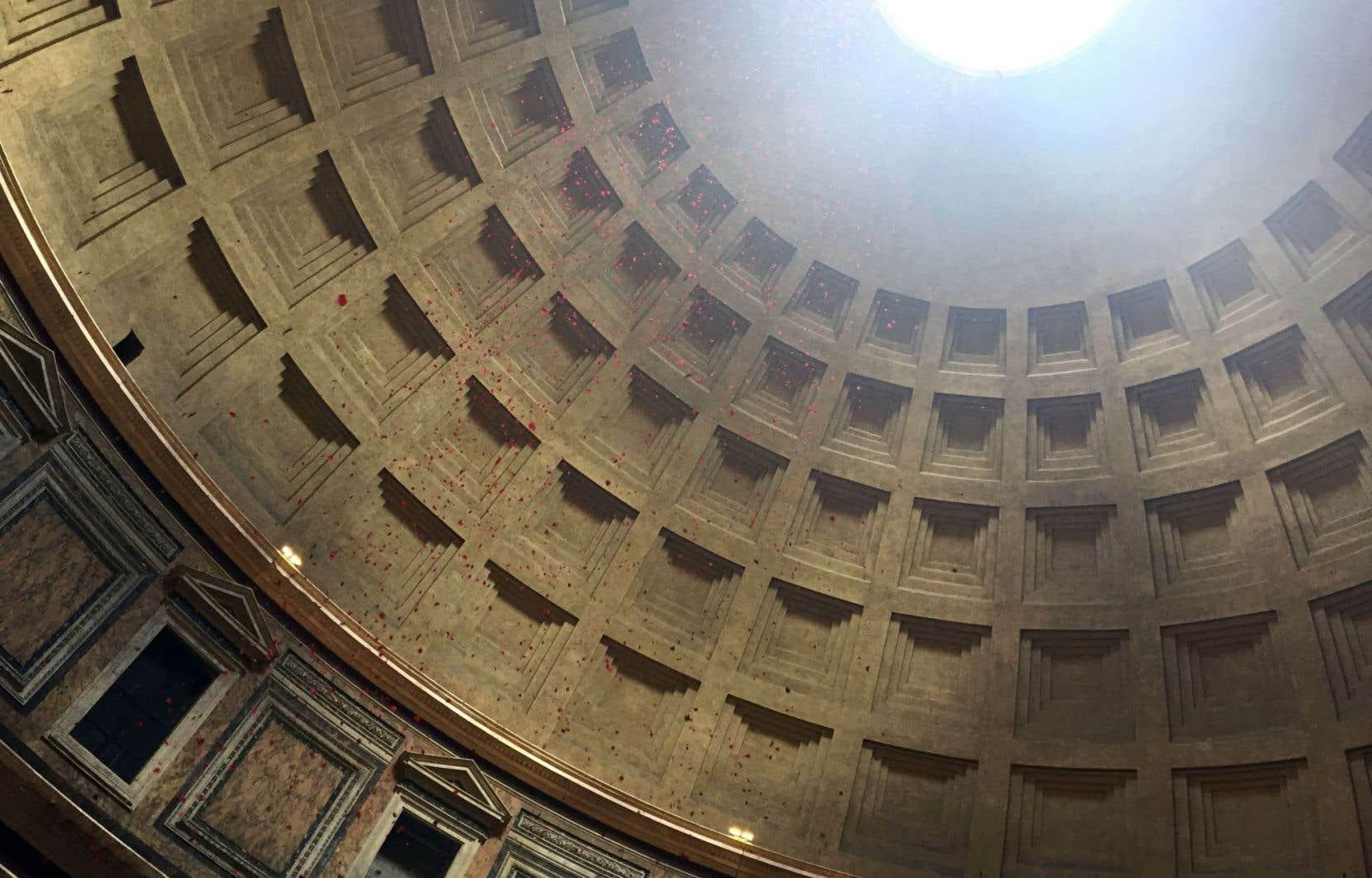 Chaque année, à la Pentecôte, de l'oculus du dôme spectaculaire considéré comme le père de tous les dômes, tombent des pétales de roses qui symbolisent les langues de feu envoyées par l'Esprit saint aux apôtres.