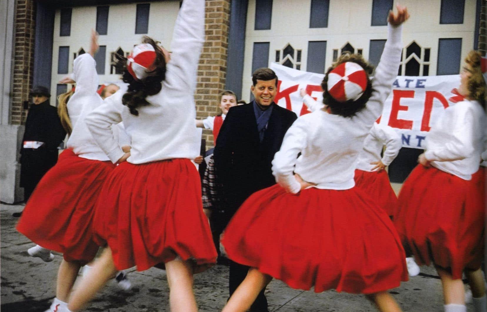 John F. Kennedy est accueilli par des meneuses de claques lors d'une visite dans une école secondaire du Wisconsin, en mars 1960.