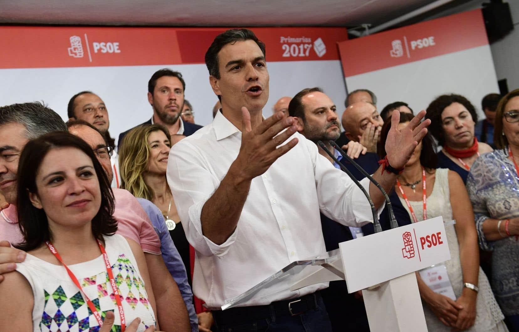 Pedro Sanchez a réussi à séduire les militants socialistes en continuant à attaquer sans relâche le conservateur Mariano Rajoy.