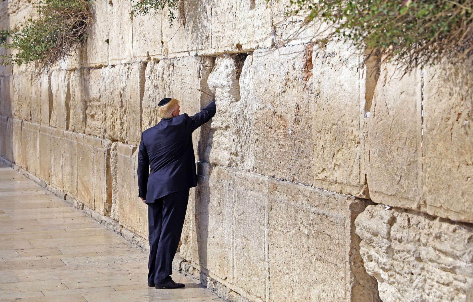 Coiffé d'une kippa, Donald Trump s'est recueilli devant le mur des Lamentations, à Jérusalem, lundi.
