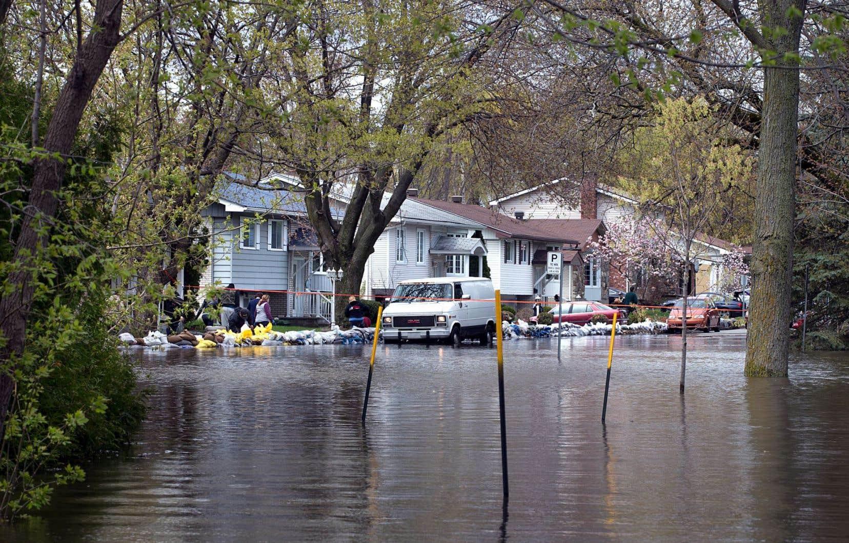 Le froid, la pluie, les vents violents et les inondations que nous connaissons ce printemps sont assez éloquents sur l'urgence d'agir pour stopper les dérèglements climatiques en cours, selon Louise Morand, du Comité vigilance hydrocarbures de L'Assomption.